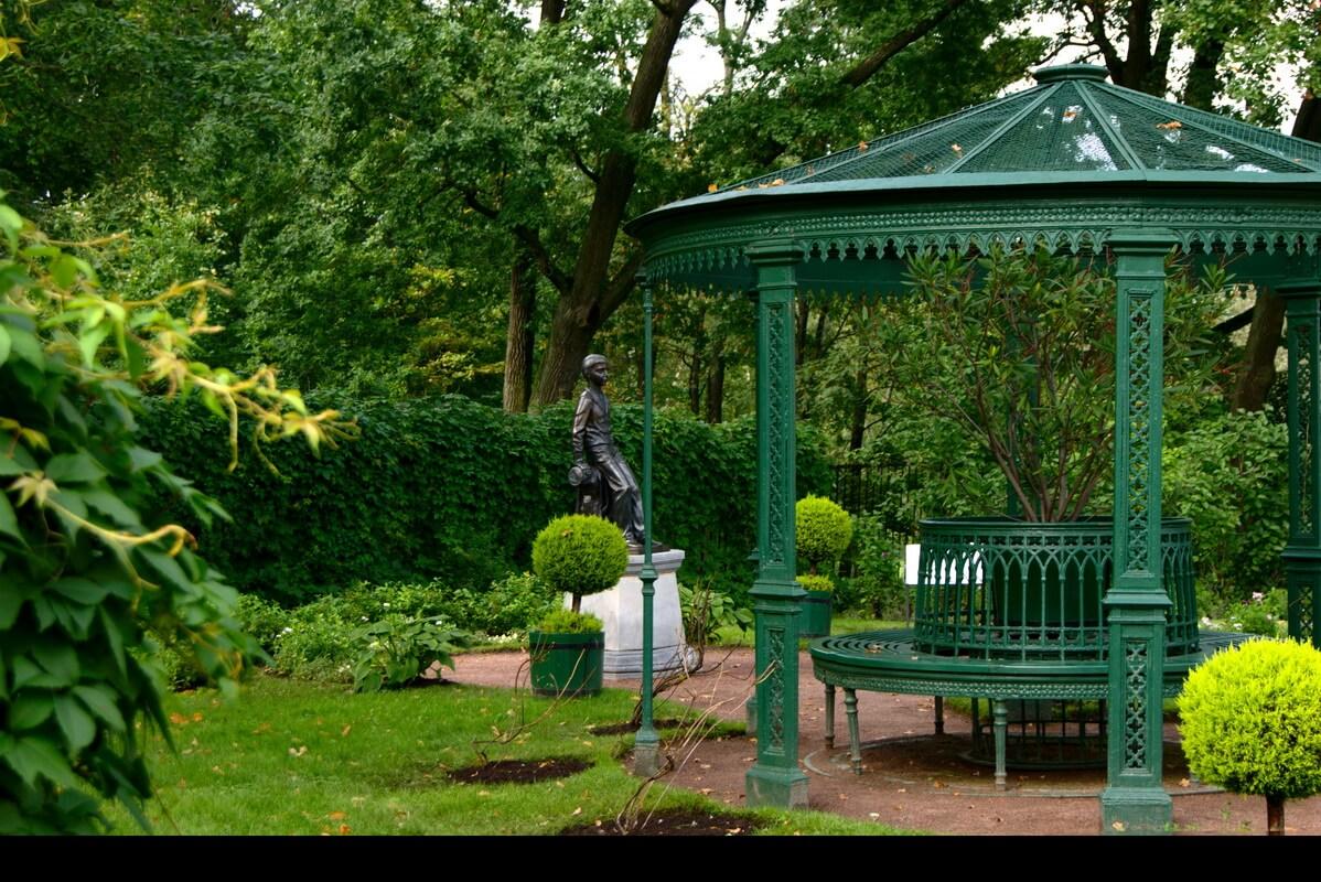 Сад у дворца Коттедж