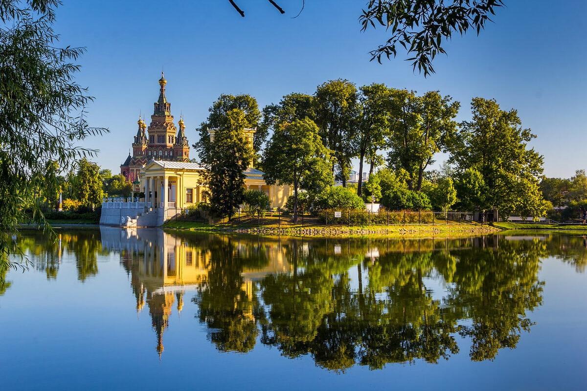 Вид на Царицын павильон и собор Петра и Павла в Колонистском парке