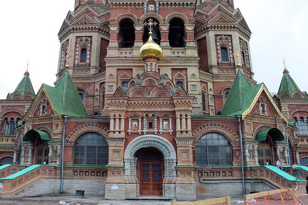 Вид на главный вход собора Петра и Павла