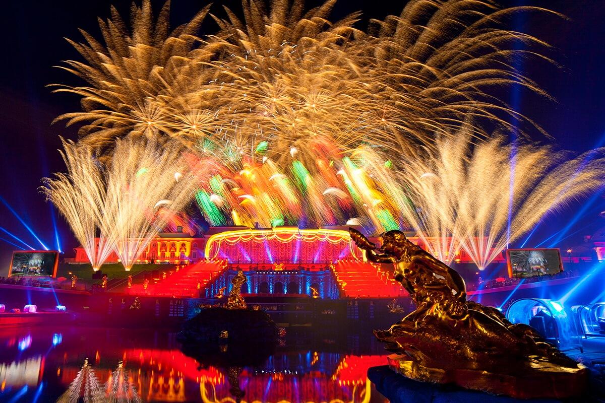 Праздничный фейерверк на закрытие фонтанов