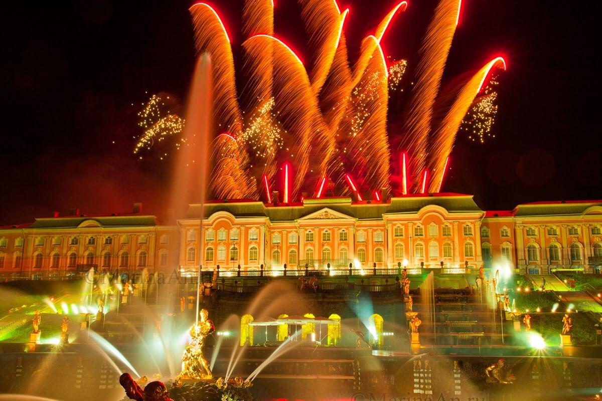 Праздничный салют на закрытие фонтанов